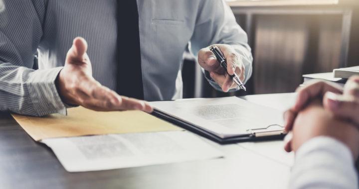 Advogado comentando sobre contrato e multa contratual