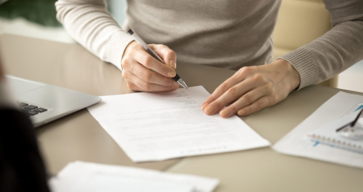 Mulher examinando contrato de prestação de serviços educacionais